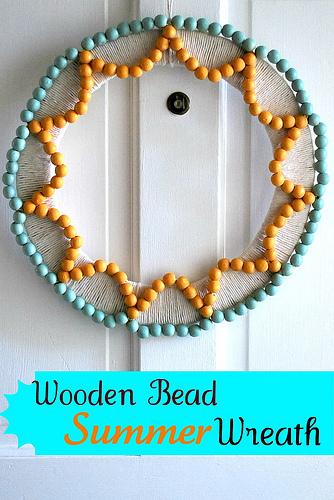 Cute wooden bead wreath tutorial |via lollyjane.com