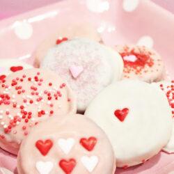 Valentine's Day chocolate dipped Oreos + Free Tag Printables