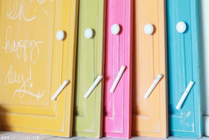 Screw a knob and hang chalk with bakers twine #diy #chalkboard