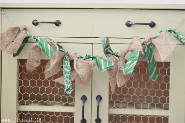 St Patricks day banner. Burlap tie bunting, super easy to make! #stpatricksdaydecor #bunting
