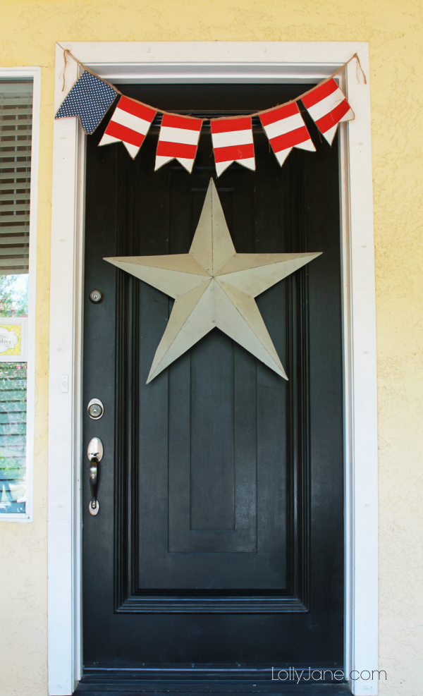 Cute 4th of July decor: easy bunting & giant star on your front door. #4thofJuly #bunting