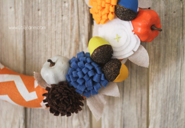 Easy fall wreath with cute felt flowers + painted acorns and pumpkins! lollyjane.com #fall #wreath
