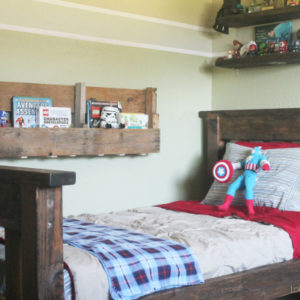 How to make a pallet bookshelf! Three cuts, that's it! #diy #palletbookshelf {www.lollyjane.com}