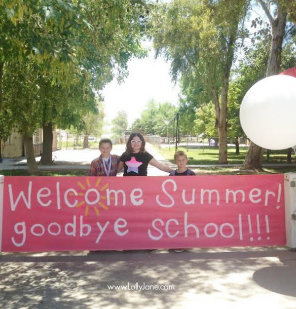 On the last day of school, make a paper banner for your kids to bust through!! Such a fun tradition! @lollyjaneblog