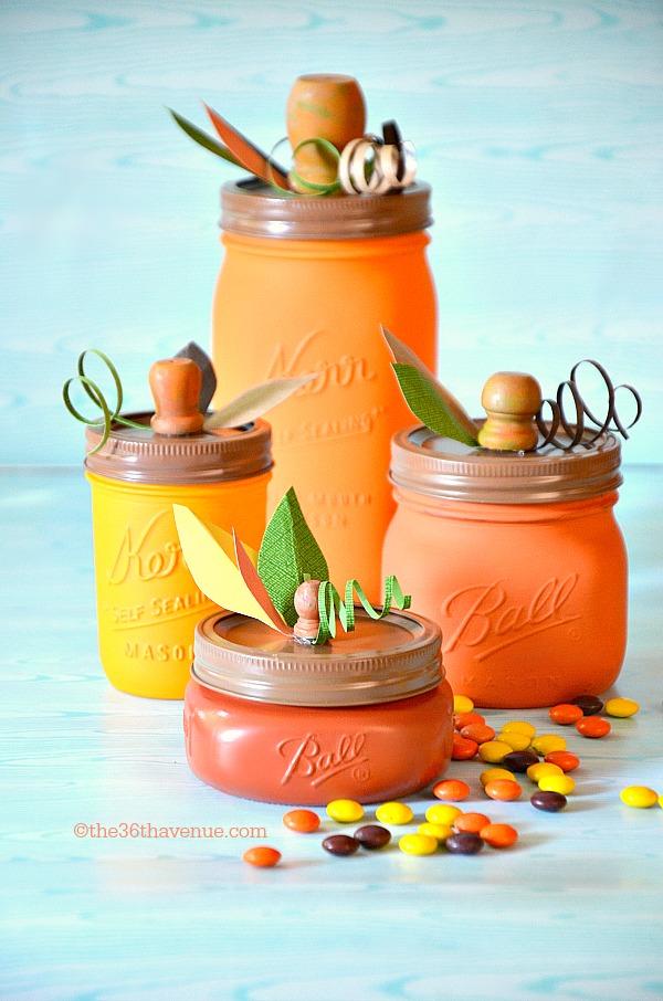 Gah! This pumpkin mason jar craft idea is sooo cute for easy fall decor! Such a fun fall craft using mason jars and paint! #fallcraft #falldecor #masonjar #masonjarcraft #craftidea