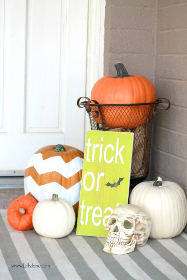 Easy Halloween porch decor | lollyjane.com