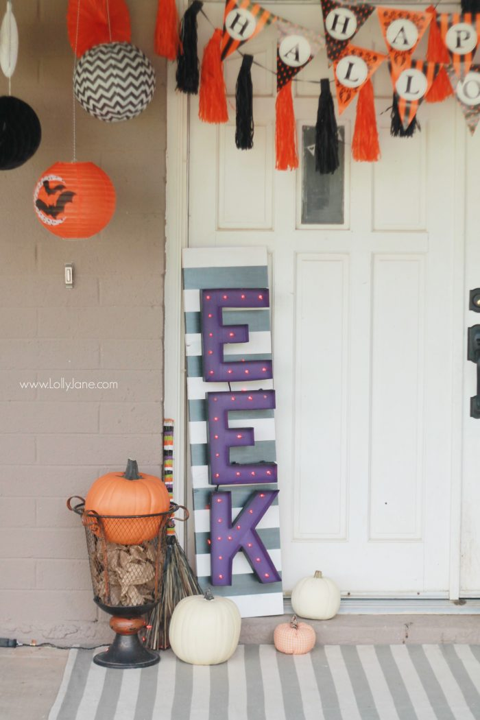 Easy Halloween porch decor. Love these easy Halloween decor tricks! Fun outdoor Halloween decoration ideas!