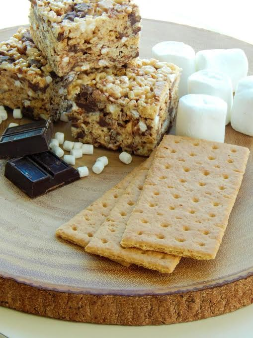 This is the best s'mores rice krispy treats recipe! So gooey with the right amount of crunch. Tastes like s'mores without the mess! Great summer recipe idea!