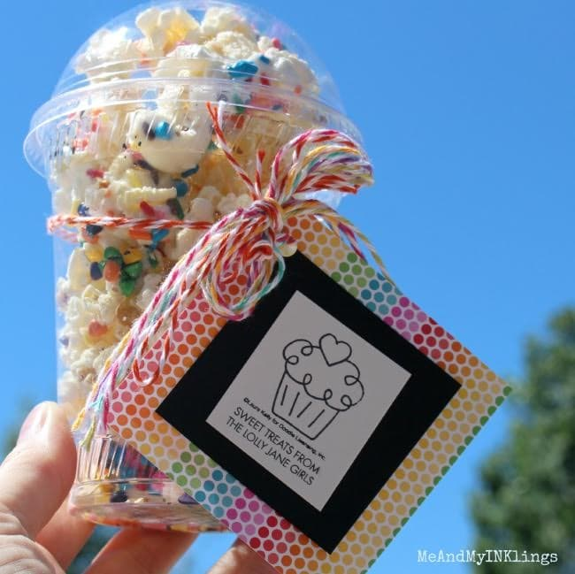 This is the best white chocolate sprinkles popcorn recipe, so easy to make! Great summer dessert idea and love the cute gift packaging idea too!