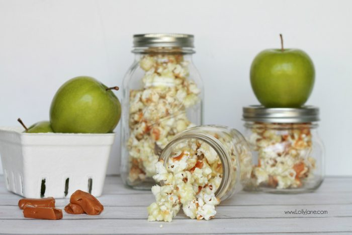 This candied caramel apple popcorn in a jar is the perfect diy holiday gift! Easy caramel apple popcorn recipe. Great neighbor gift idea! Love this caramel apple popcorn in a jar gift idea! Yummy candied caramel popcorn recipe! Cute gift in a jar idea!