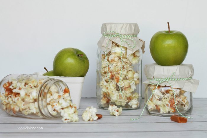 Easy caramel apple popcorn recipe. Great neighbor gift idea! Love this caramel apple popcorn in a jar gift idea! Yummy candied caramel popcorn recipe! Cute gift in a jar idea!