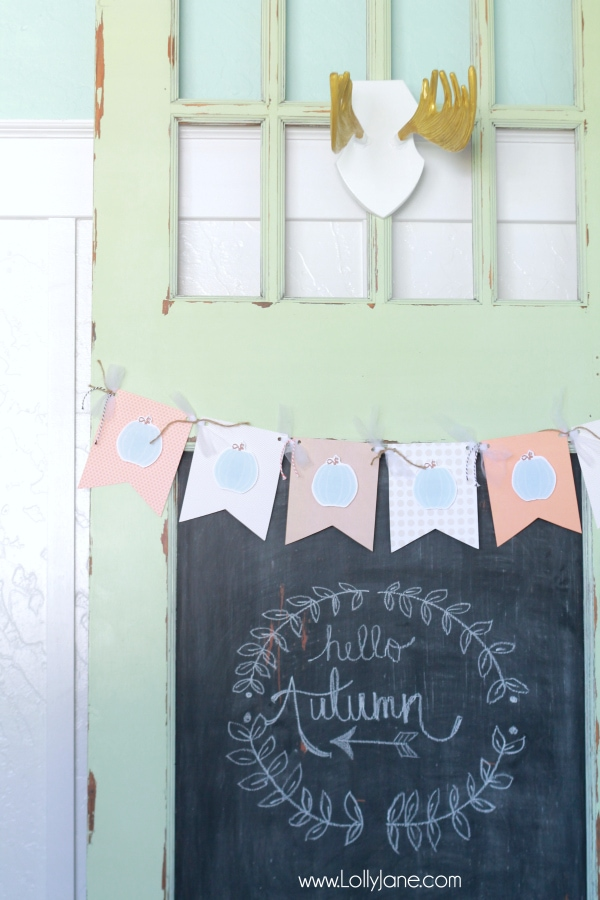 Download this pumpkin bunting free printable to make an easy paper fall bunting! Cute Thanksgiving decor idea, perfect fall craft idea!