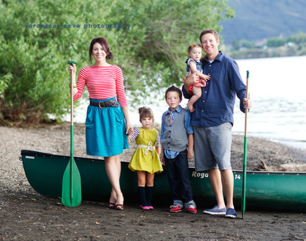 Lots of family picture ideas using PROPS!! Love these family pictures with a boat!