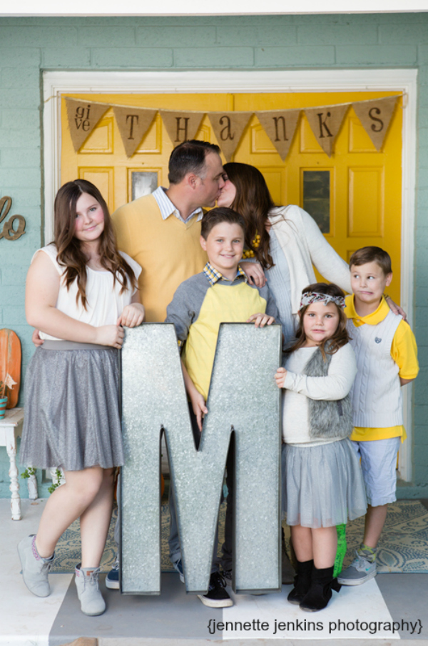 Family pictures with monogram idea! Lots of family picture ideas using PROPS!! Love these family pictures with a monogram!
