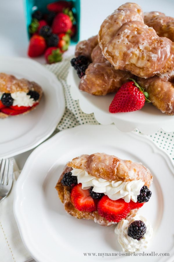 Winning recipe: these sweet berry croissants are a must make recipe! Yummy glazed croissants, filled with berries and cream, a light brunch recipe, great for Mother