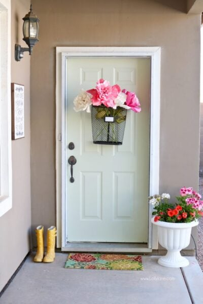Easy Springy Porch Refresh... love this Door Makeover! Fast outdoor makeover idea, really cute home decor ideas!