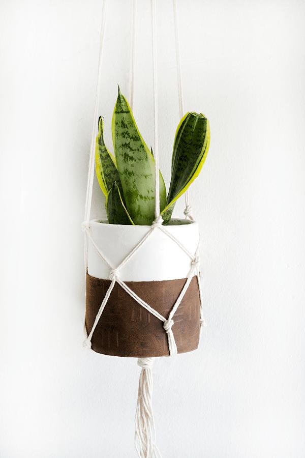 DIY clay leather macrame hanging planter. Love this easy DIY macrame planter!
