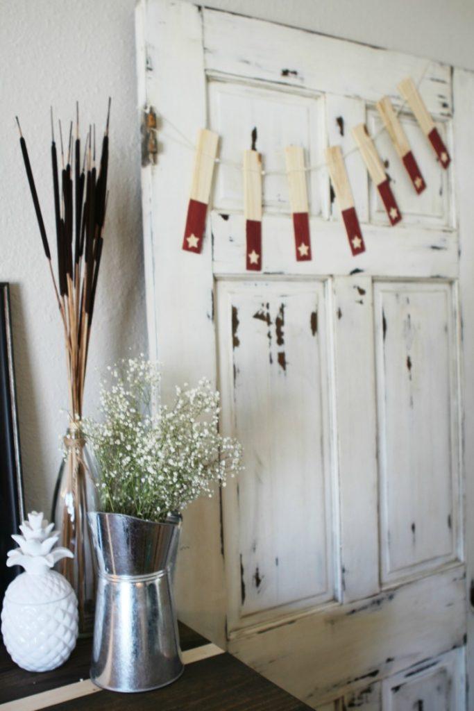 DIY wood shim star banner. Love this creative 4th of July banner decor! Cute star home decor idea! Fun 4th of July craft!!