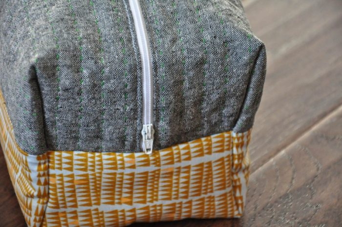 Boxy cosmetic bag sewing tutorial. Easy step-by-step to sew this trendy cosmetic bag!