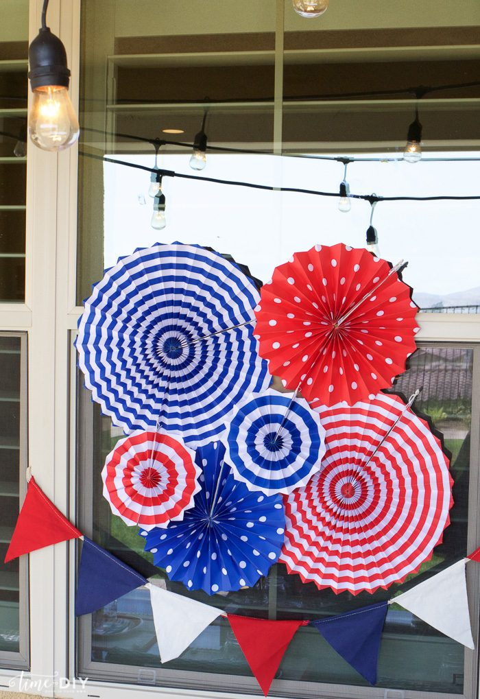 EASY 4th of July decor! Cute!! | via TimeToDIY.com