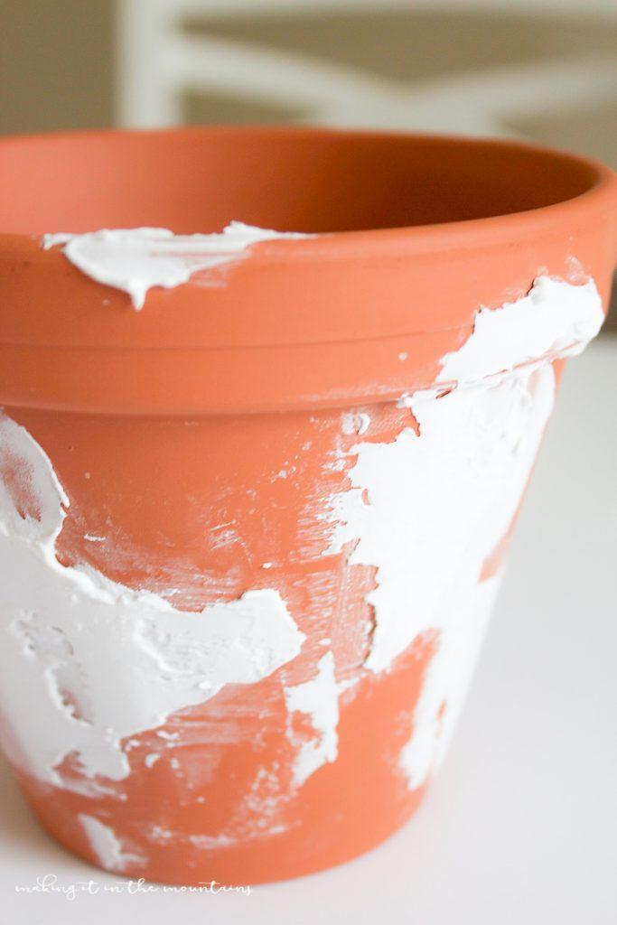 Get the how-to on these diy farmhouse pots! Learn how to spackle + paint these like a pro to give these pots the perfect rustic charm! Great DIY farmhouse project, darling home decor ideas!