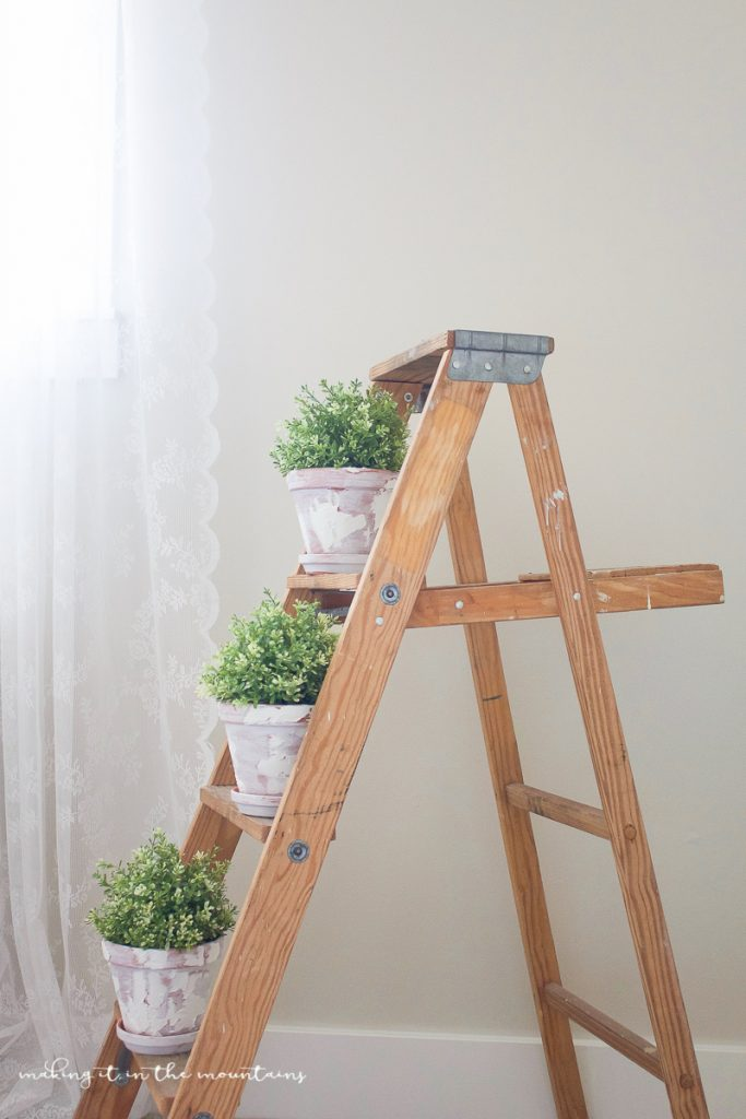 Get the DIY on these farmhouse style pot! Learn how to spackle + paint these like a pro to give these pots the perfect rustic charm! Great DIY farmhouse project, darling home decor ideas!