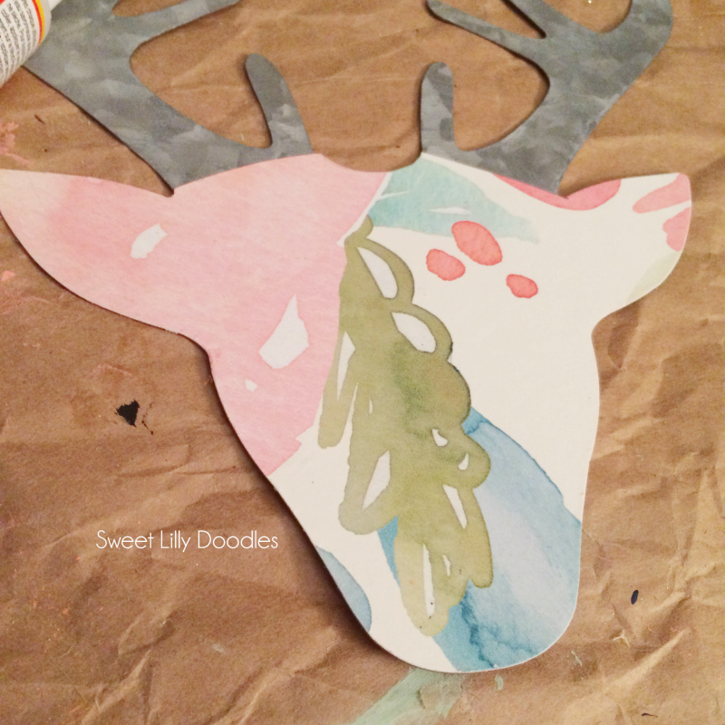DIY floral deer head pallet art. Easy DIY deer head silhouette craft! Love this Rifle Paper Co floral covered metal deer head art!