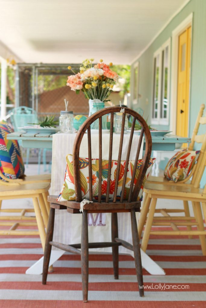 Darling alfresco dining farmhouse tablescape decor ideas. Love this farmhouse dining table! Cute outdoor dining idea!