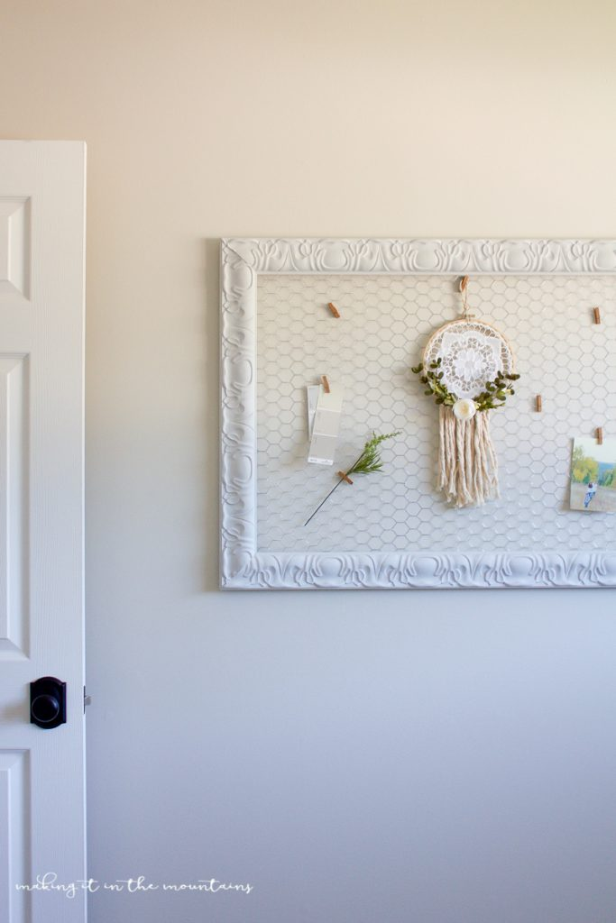 DIY farmhouse style memo board. LOVE this frame with chicken wire bulletin board! Great office organization solution!