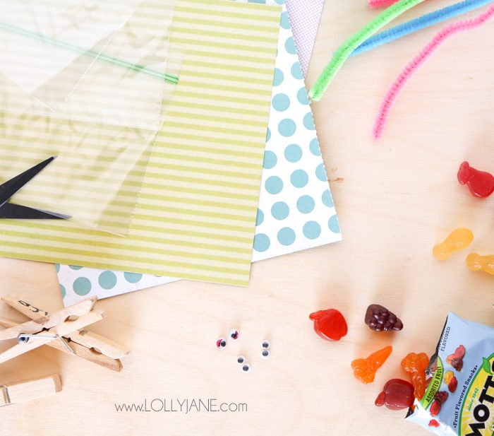 How to make butterfly snack bags using bags, clothespins, pipecleaners and googly eyes. #kidssnacks #healthykidssnacks #kidssnackideas #lunchideasforkids #howtomakebutterflysnackbags