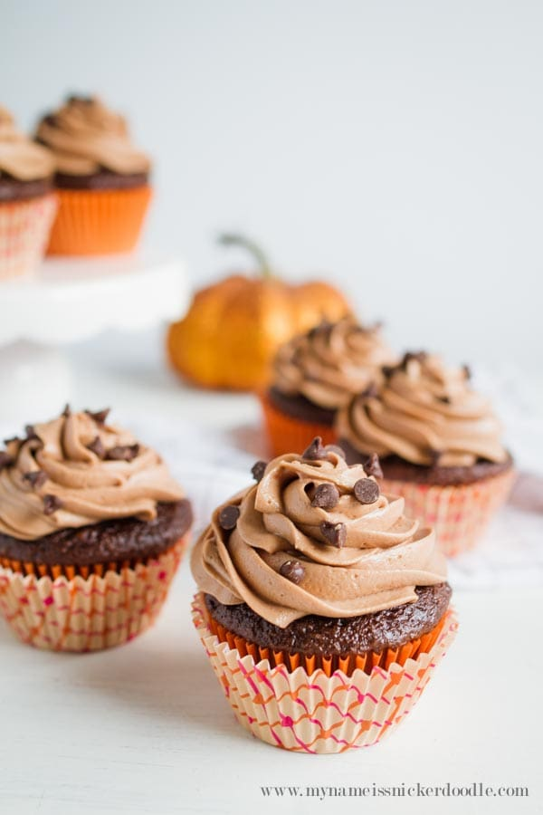 Are you kidding me!? Chocolate Pumpkin Cupcakes with Nutella Buttercream Frosting, holy YUM factor! These easy pumpkin cupcakes are the perfect fall dessert, love this fall recipe, mm!