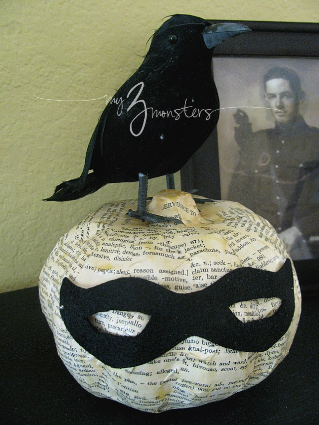 Book page pumpkin decor, love this easy Halloween craft!