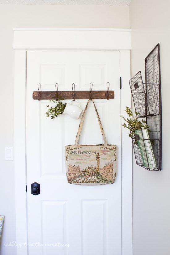Lovely farmhouse style office decor ideas! So pretty!