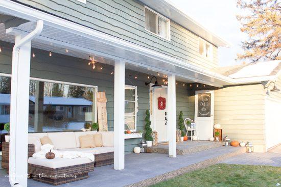 Cozy farmhouse style front porch. Love this pretty farmhouse outdoor decor!
