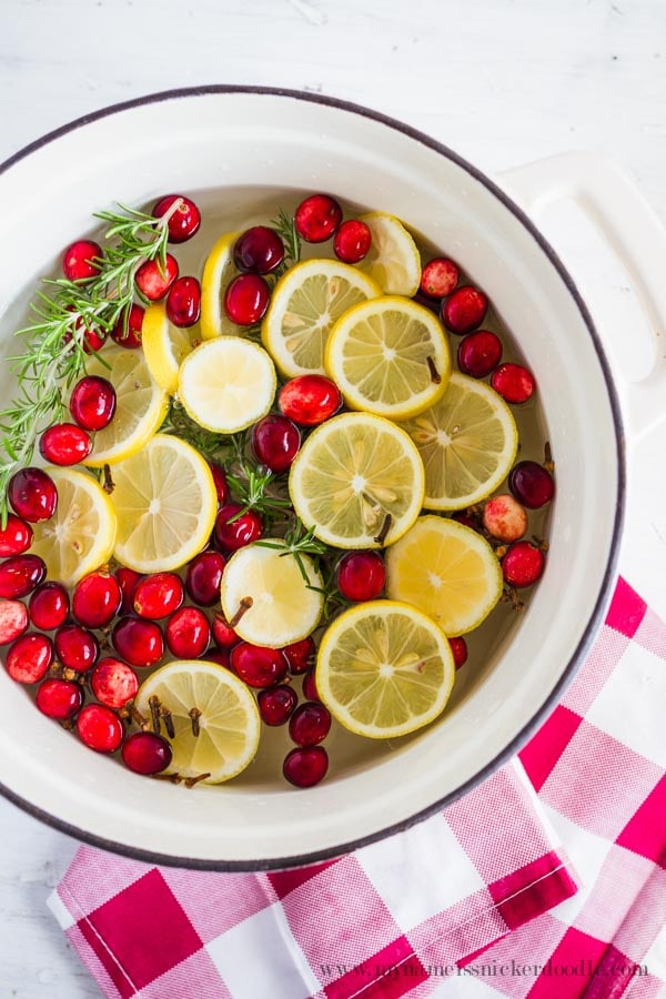 Easy Citrus Holiday Stovetop Potpourri recipe. Fill your home with the yummy smells of the holidays! Love this natural air freshener to spice up your holiday by simmering these simple ingredients.