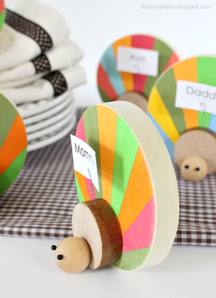 DIY Wood Turkey Place Card Holder. Love this cute Thankgiving craft idea! Such a fun way to display Thanksgiving place cards!