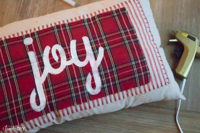 Love this no sew Christmas pillow tutorial. Such a cute plaid Christmas pillow! Love this DIY no sew Christmas pillow! Cute Christmas decor!