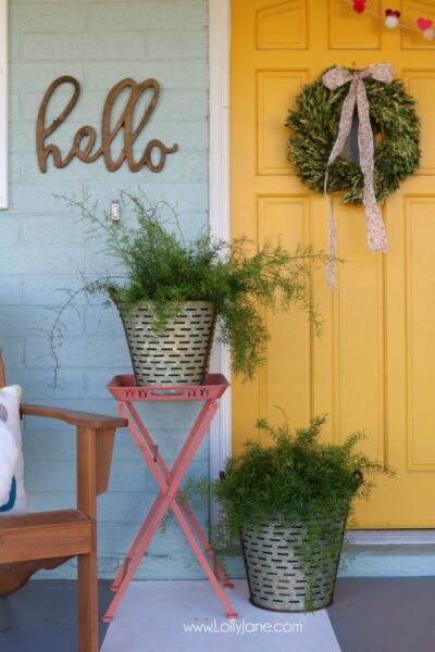Simple Valentine's Day porch decor. Love this colorful front porch with pops of pink and red for Valentine's Day outdoor decor ideas.