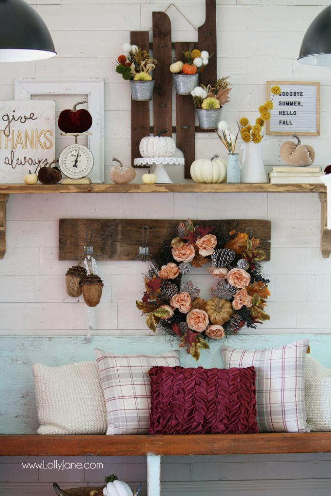 Neutral fall decoration ideas. Love these easy fall decor ideas, such pretty pieces! No DIY required, fall staging ideas.