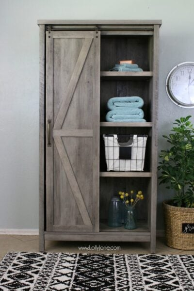 Farmhouse laundry room wall decor ideas! Such a cute laundry room makeover, love these affordable laundry room before/after ideas!