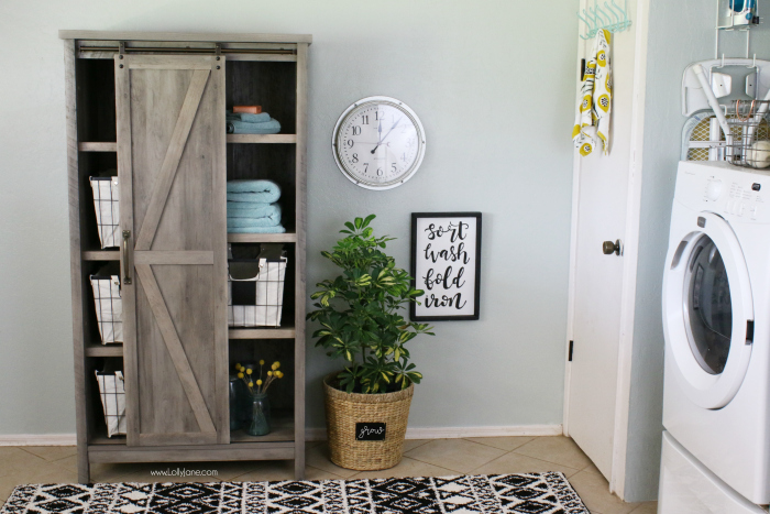 Easy ways to decorate your laundry room without breaking the bank! LOVE this small laundry room makeover. Cute modern farmhouse laundry room decor ideas!