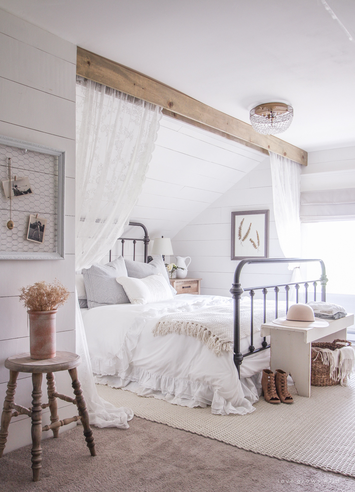 11 stunning farmhouse master bedrooms lolly jane for Farmhouse style bedroom