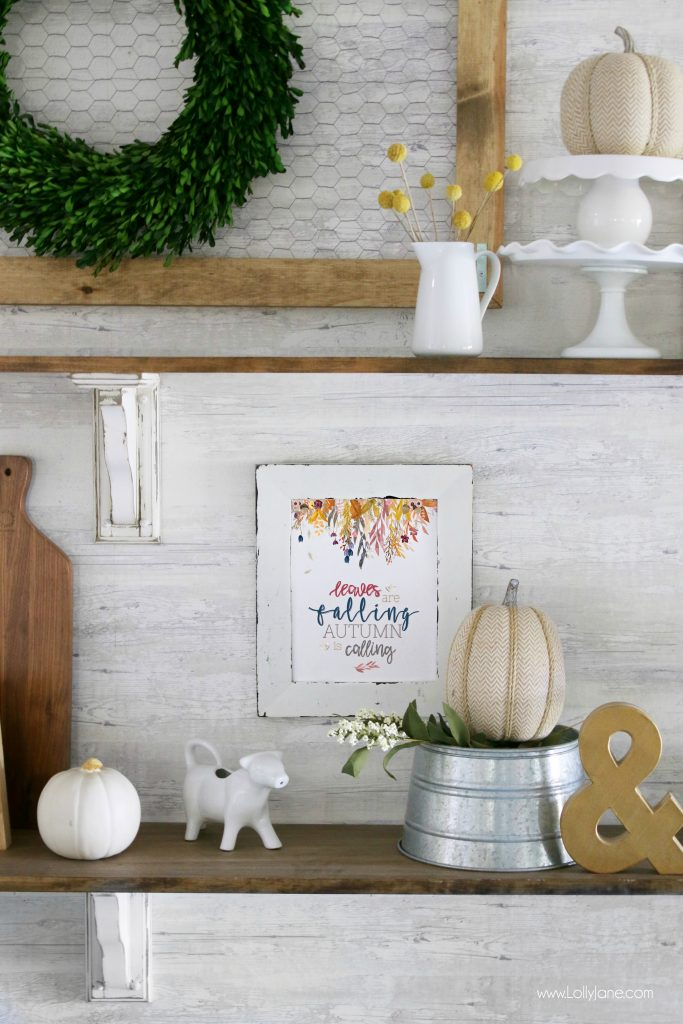 Such a pretty farmhouse full of pops of color! Great tips for how to spruce up your dining room for fall!