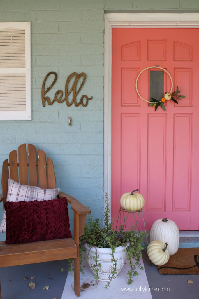 Love this easy fall porch decor! Such an easy fall wreath to make, simple fall outdoor decor idea!