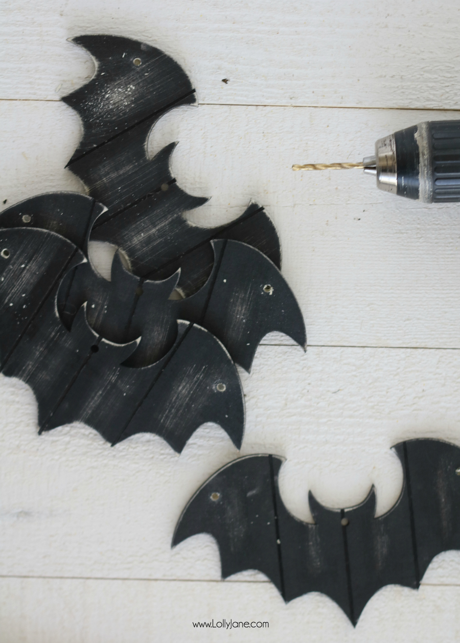 Easy (and versatile) Halloween Garland tutorial, made from bat ornaments! Perfect for spooky mantels, displays, on the porch, or for parties. Very easy kid-friendly craft!