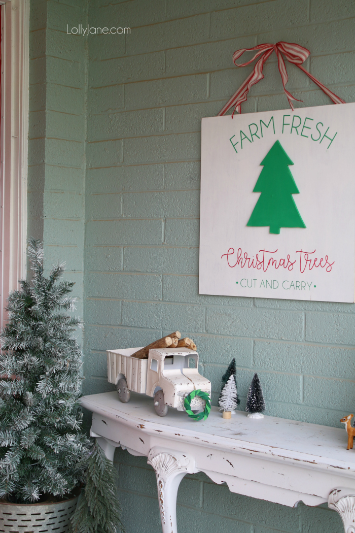 Loving this easy to make Farm Fresh Christmas tree sign. Looks great in this Christmas front porch decor. Great outdoor Christmas decorations!