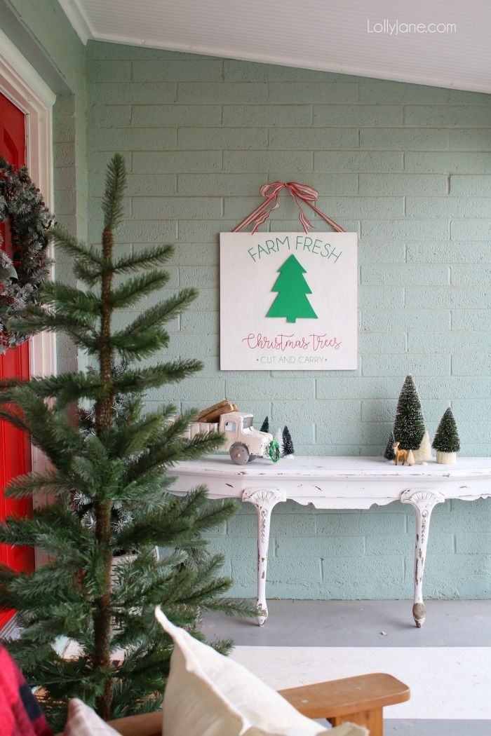 Loving this farmhouse Christmas outdoor decor! Looking for Christmas front porch decor ideas? Loving this classic red Christmas porch!