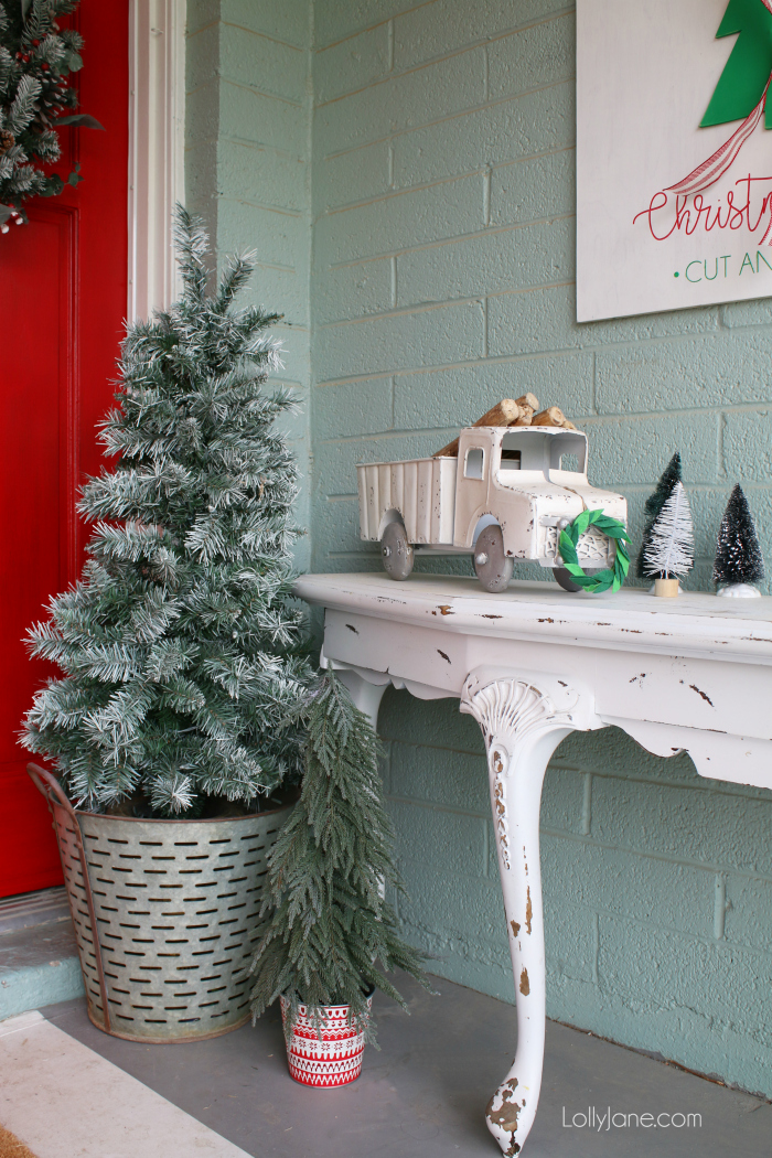 Outdoor Christmas decor ideas! Loving this front porch Christmas decor, great tips for decorating outdoor Christmas spaces!
