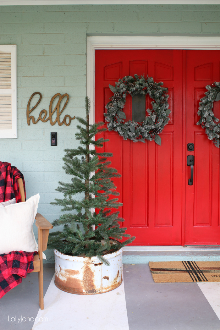 Classic red Christmas porch decor ideas | So many fun pieces of Christmas cheer in this outdoor Christmas porch!
