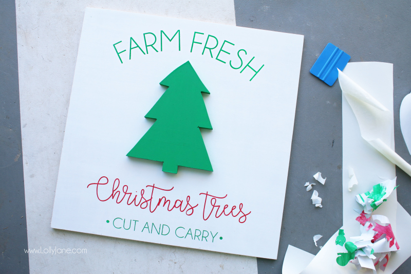 DIY farm fresh Christmas tree sign tutorial. Such an easy Christmas sign tutorial! Get to know some easy tools to make this farmhouse Christmas tree sign!
